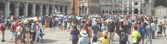 観光客で混み合うベネチア( オーバーツーリズム の例)