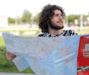 地図を持つ旅行者